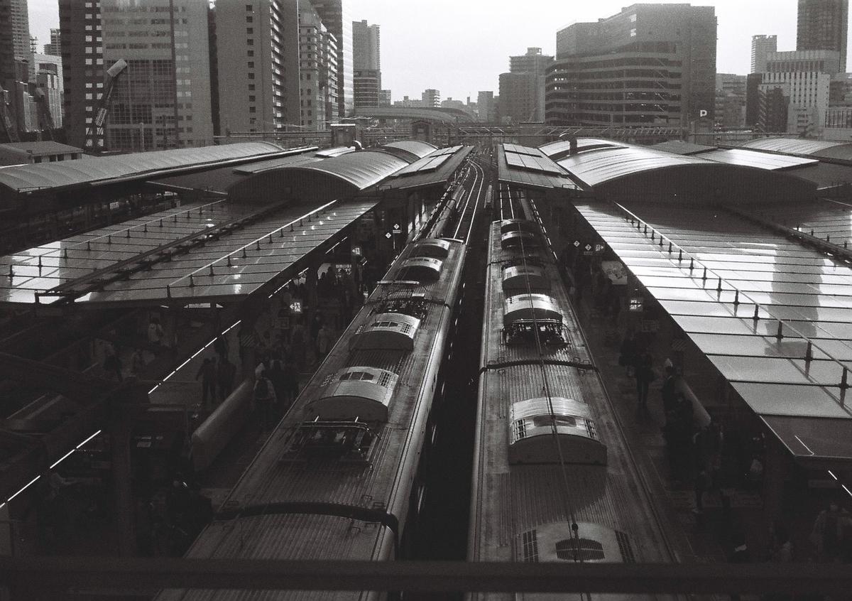 写真:モノクロフィルムで撮った大阪駅