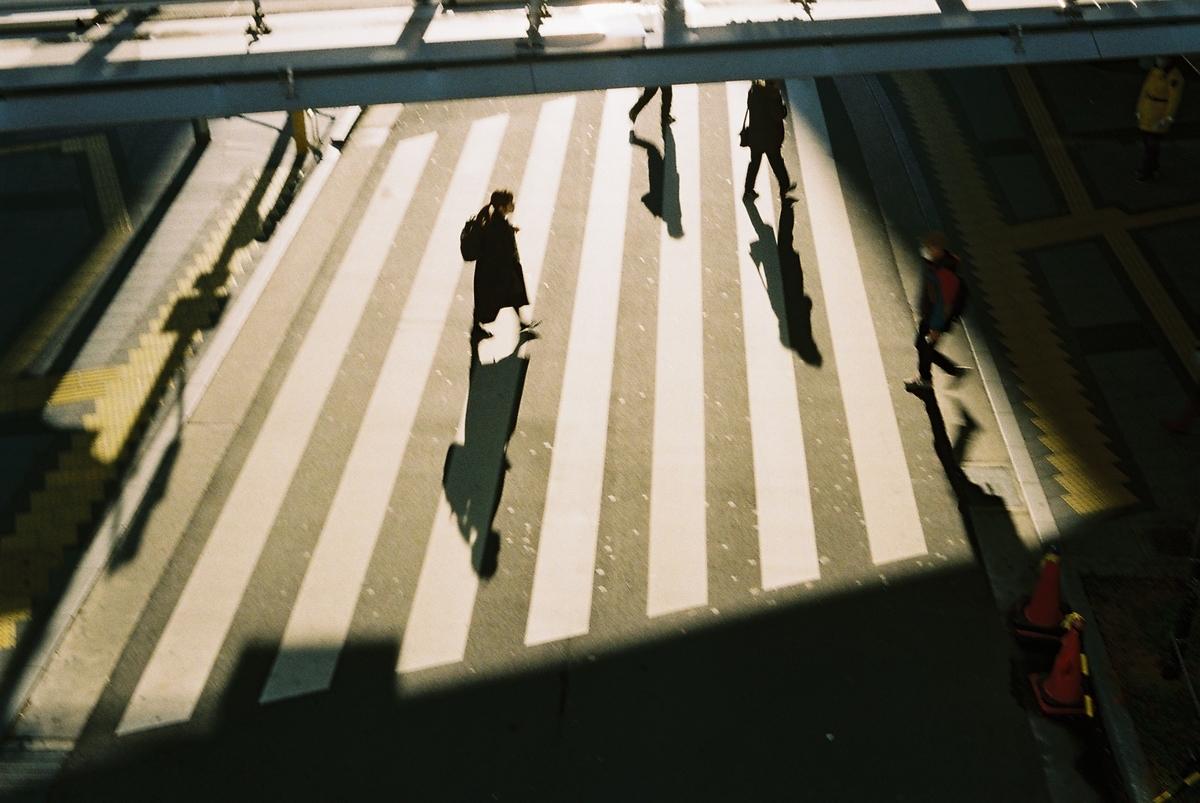 写真:夕方の横断歩道