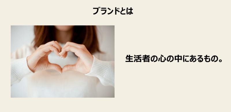 女性が胸の前で指でハートマークを作っている画像