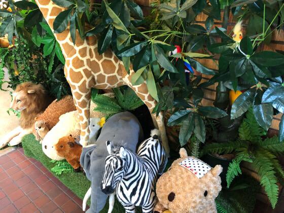 シャボテン動物公園の森の動物ギボン亭に飾られている動物のぬいぐるみ