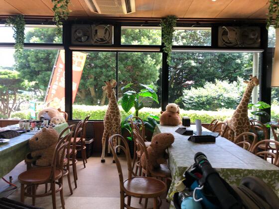 シャボテン動物公園の森の動物ギボン亭の席