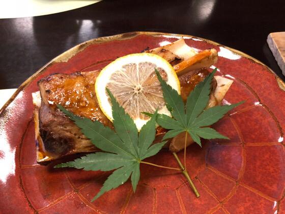 ベネフィットステーション熱海伊豆山の夕食で出たマグロのスペアリブ