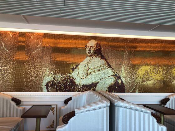 箱根の海賊船の特別船室の壁