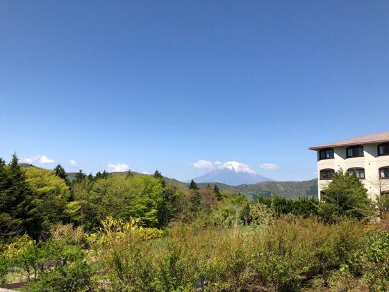 ホテルグリーンプラザ箱根の中庭から見える富士山