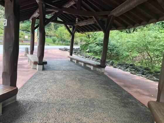 横浜市こどもの国のせせらぎそばの屋根付きのイス