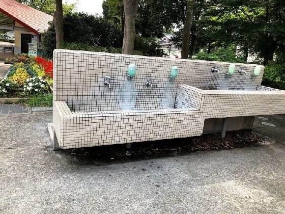 横浜市こどもの国の正面入口にあるラクガキ広場近くの手洗い場