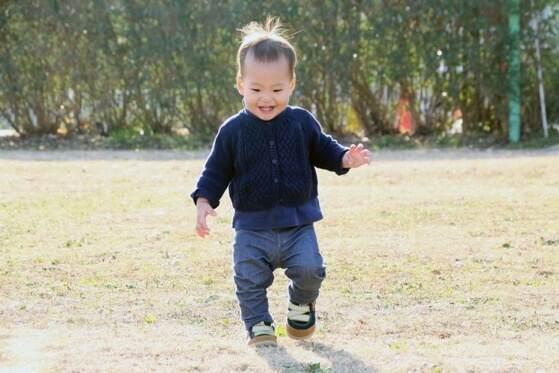 歩く1歳の男の子