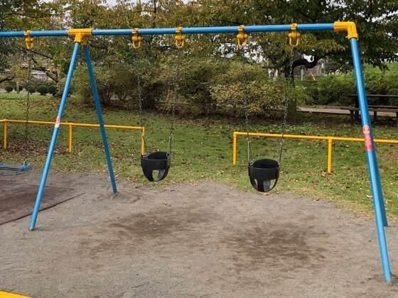 神奈川県相模原市にある相模原公園の幼児用のブランコ