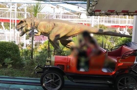 東京都稲城市にあるよみうりランドのジュラシックカーの恐竜