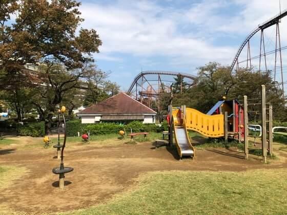 東京都稲城市にあるよみうりランドの芝生広場にある遊具