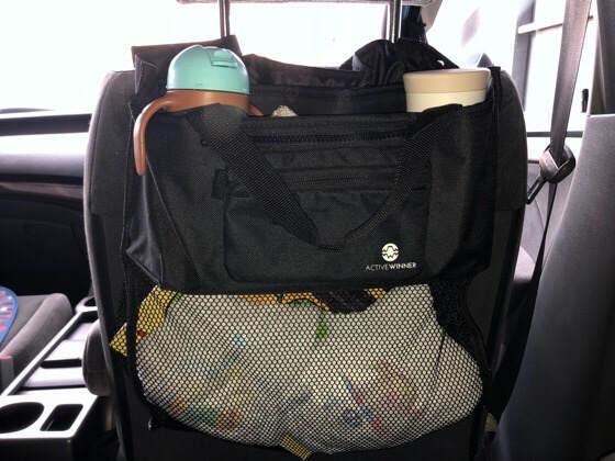 アクティブウィナーのベビーカーバッグを車の後部座席に取りつけた
