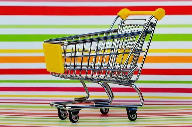 虹色をバッグにショッピングカートが置いてある