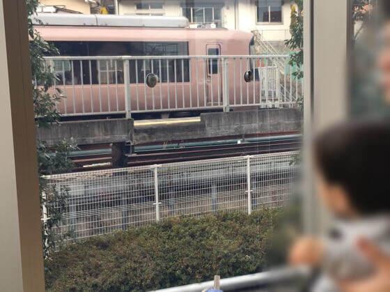 神奈川県小田原市にある鈴廣かまぼこの里の鈴なり市場の汐風カフェからみえるロマンスカー