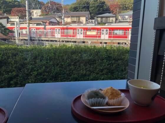 神奈川県小田原市にある鈴廣かまぼこの里のこゆるぎ茶屋からの箱根登山鉄道