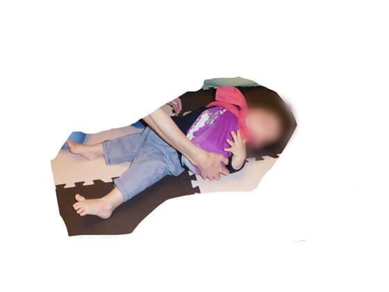 1歳の誕生日に一升餅を背負わせて転ぶ子ども