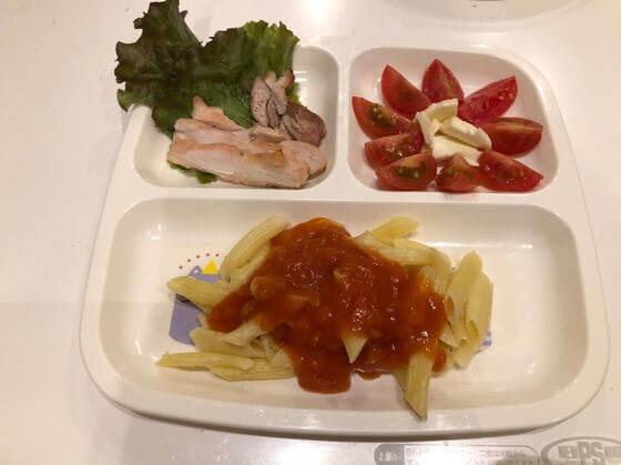 2歳の誕生日のときに作った鶏モモ肉のグリル焼き ・ミートソースペンネ ・トマトとチーズ
