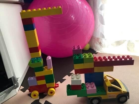 2歳を過ぎた息子がレゴデュプロでつくったはしご消防車とクレーン車