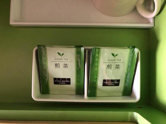 三井ガーデンホテルプラナ東京ベイのバルコニーフォースに置いてある緑茶とコップ