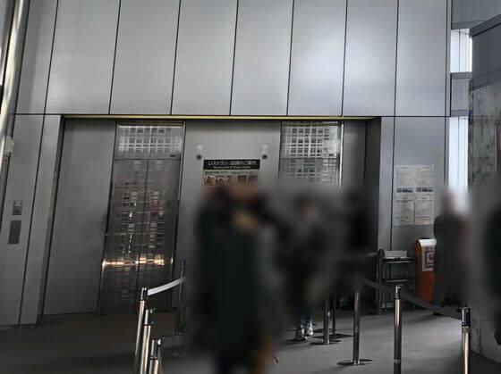 新宿都庁の展望台にのぼるエレベーター