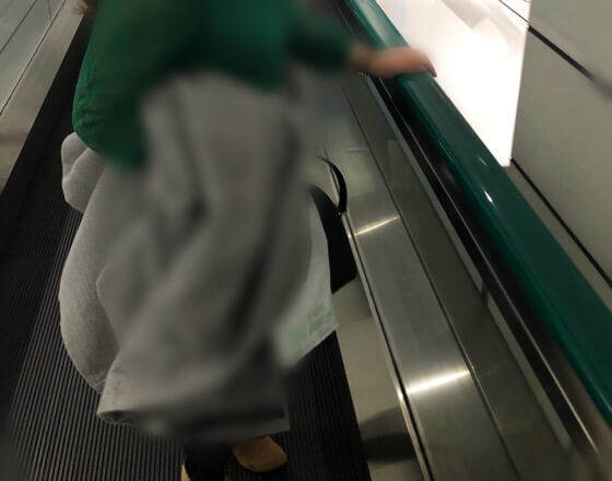 新宿都庁へ向かう、新宿駅の動く歩道