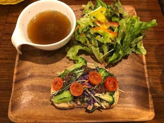 町田にあるサニーベッカリーの33icafeで食べたアンチョビとブロッコリーのオープンサンド