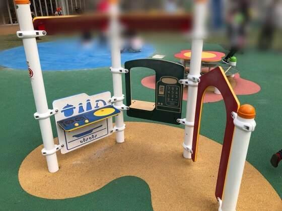 中央林間ポラリスの外にある星の子広場の大型遊具のお店屋さんごっこができるところ