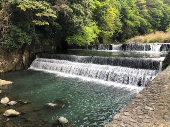箱根湯本駅すぐの場所にある早川の河川敷