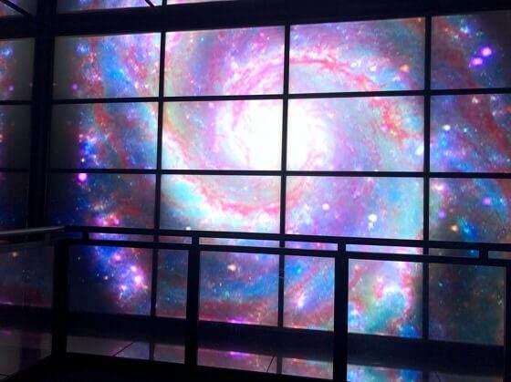 相模原市立博物館に展示されているハッブル宇宙望遠鏡の映像