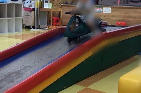Kid's US.LAND相模大野店の店内にあるプラズマカーとすべる用の台