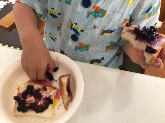 サンダルフォーのブルーベリージャムを食べる幼児
