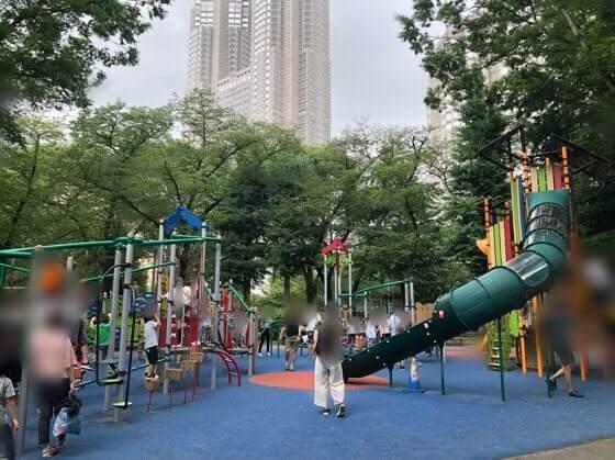 新宿中央公園にあるちびっこ広場の大型複合遊具