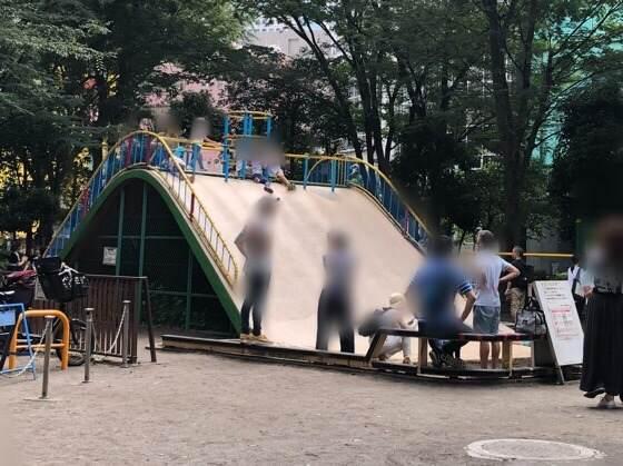 新宿中央公園にあるちびっこ広場の大きなすべり台