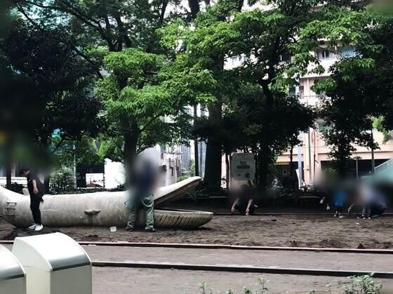 新宿中央公園にあるちびっこ広場のクジラやカバがいる大きな砂場