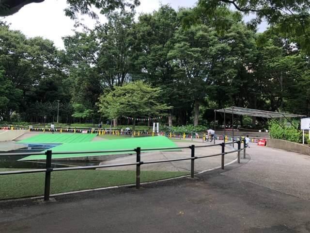 新宿中央公園にあるちびっこ広場の三輪車がレンタルできるジャブジャブ池のまわり