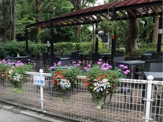 新宿中央公園にあるランチができるテーブルやイス