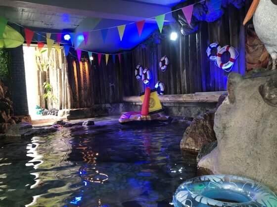 伊豆熱川温泉ホテルカターラにあるジャングルスパパウ内の洞窟のようなプール