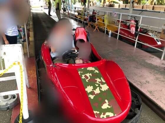 伊豆ぐらんぱる公園のゴーカートのDino Age Kartに乗り込む親子