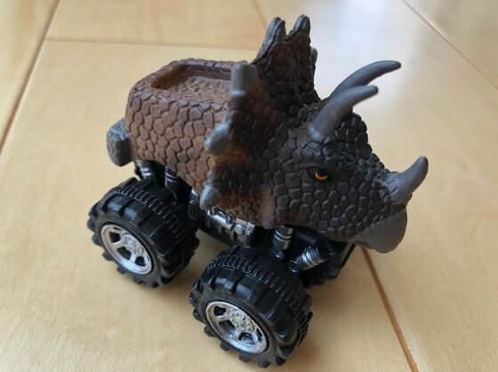 伊豆高原旅の駅ぐらんぱるぽーとで買った恐竜の車のおもちゃ