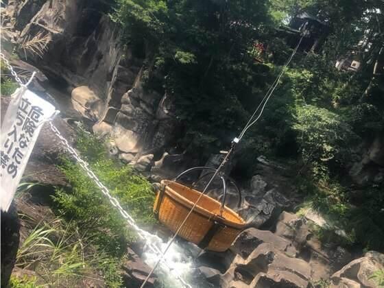 岩手県一関市の厳美渓のかっこうだんごが入った桶が降りてくる様子