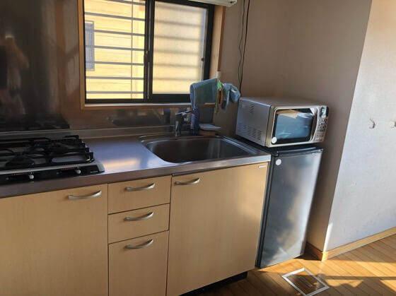 岩手県一関市にある大東ふるさと分校のコテージのキッチン
