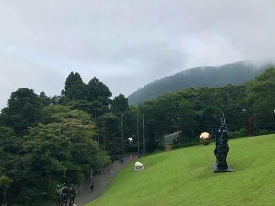 箱根彫刻の森美術館のきれいな芝生と展示作品
