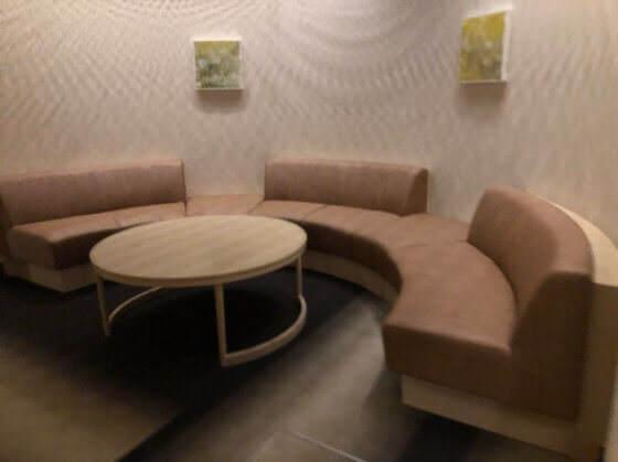 箱根強羅にあるリゾーピア箱根の廊下にあるソファとテーブル
