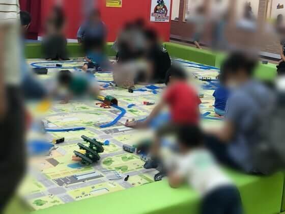 ファンタジーキッズリゾート港北店のトイ広場のトミカとプラレールが遊べるスペース