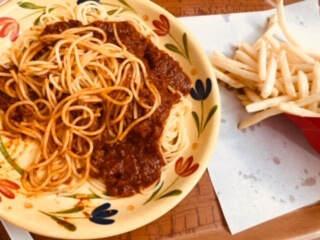 ズーラシアのサバンナテラスで食べたミートソースとフライドポテト