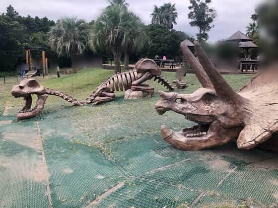 横浜ズーラシアのわくわく広場にある恐竜の骨