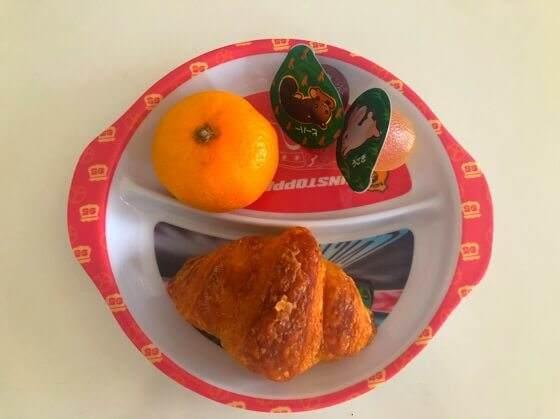 2歳児の朝食メニューのみかん・ゼリー・クロワッサン