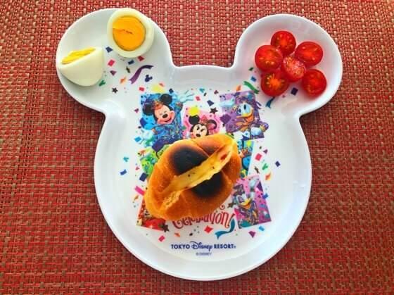 2歳児の朝ごはんのロールパンにチーズを挟んで焼いたもの・トマト・ゆで卵