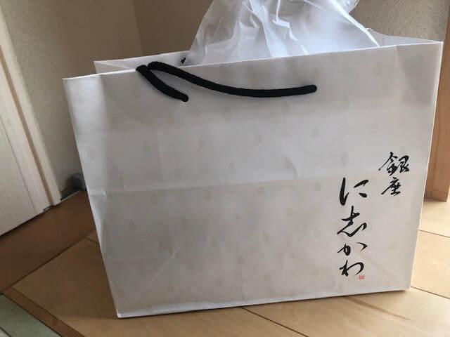 銀座にしかわの高級食パンが入った紙袋