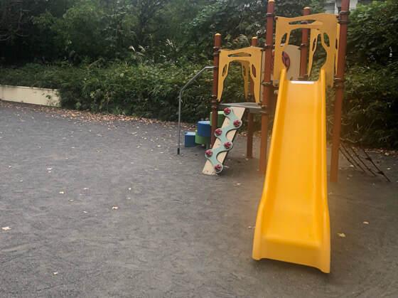 新百合ヶ丘にある万福寺檜山公園の黄色い滑り台