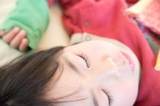 お昼寝をする幼児